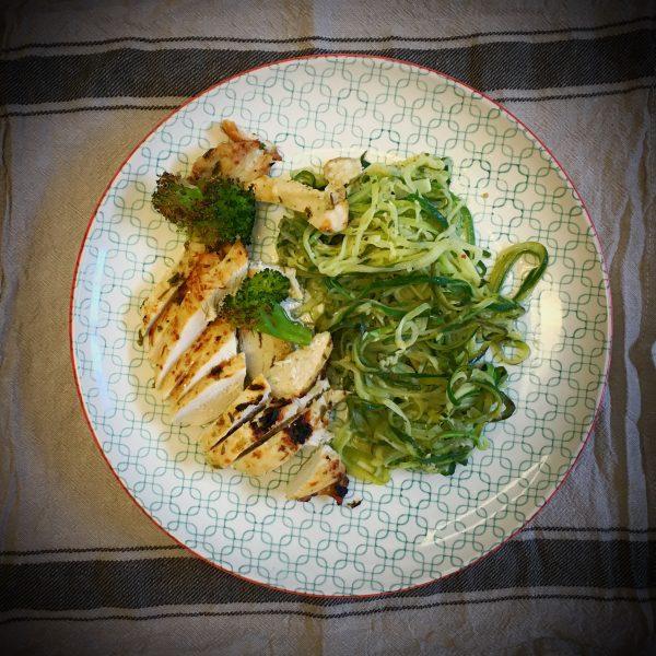 Zucchini-Spaghetti mit Rosmarin-Hähnchenbrust